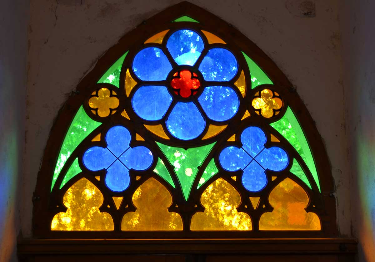 Glaskunst in der Marienkirche in Plau am See