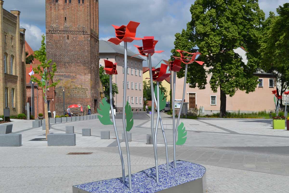 Der Rathausplatz in Prenzlau mit Gartenschau-Skulpturen