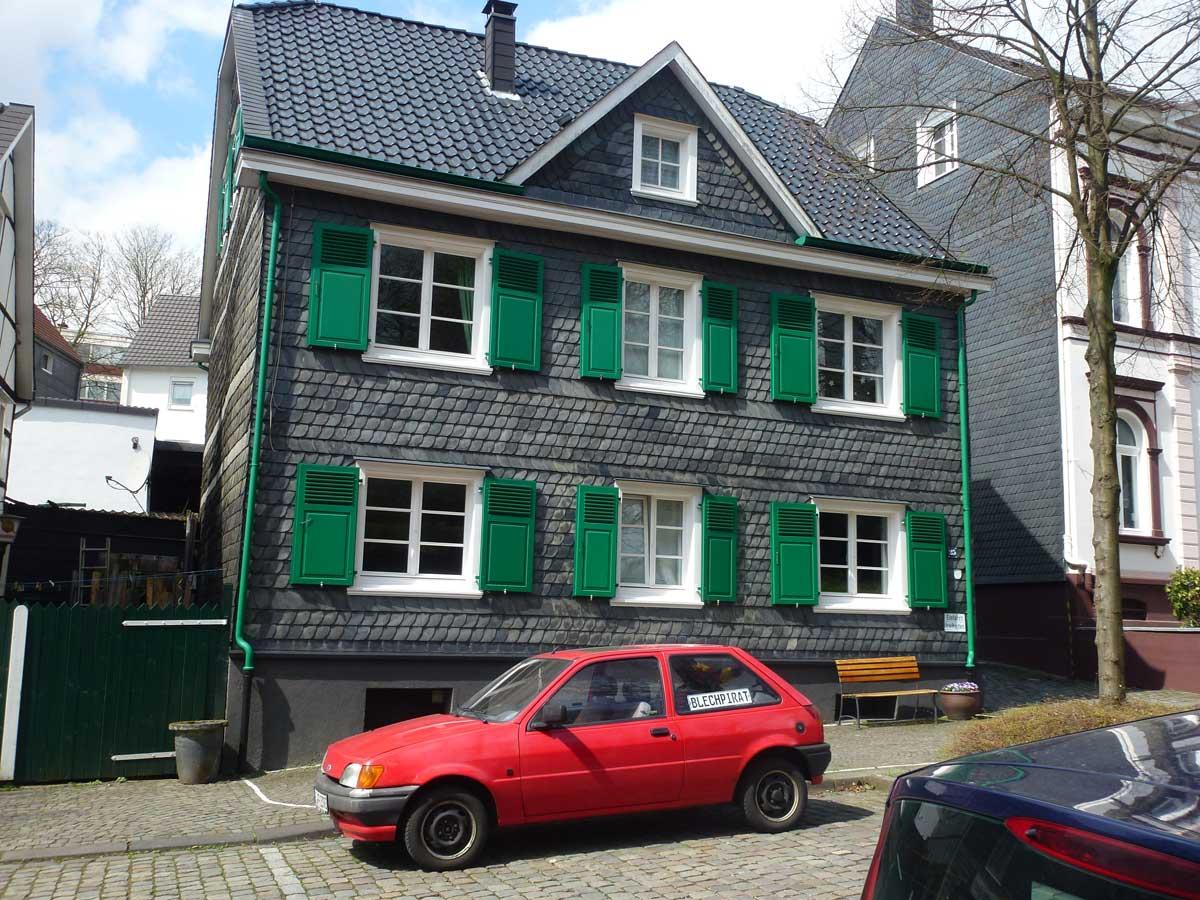 Typische, Schiefer-verkleidete Häuser mit grünen Fensterläden in Gräfrath