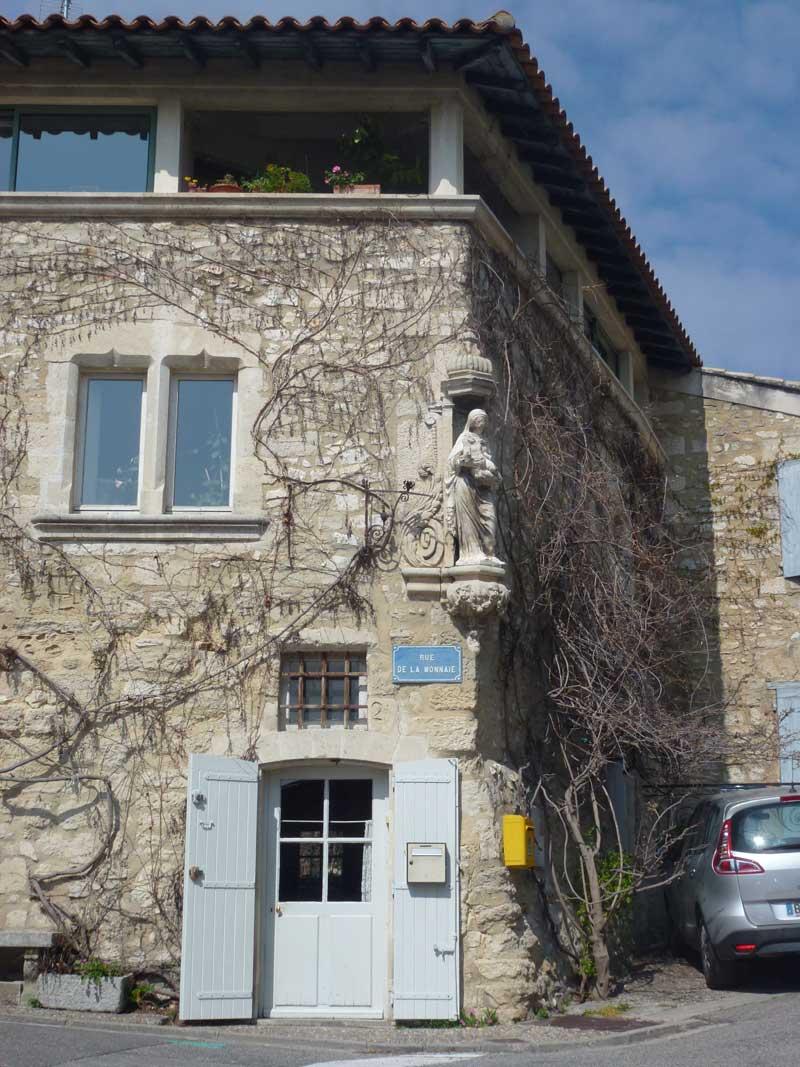 Urige Architektur in Villeneuve
