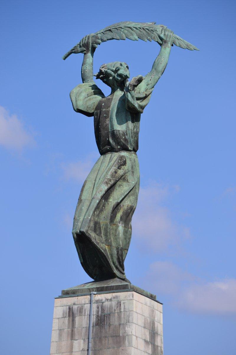 Die riesige Freiheitsstatue hoch oben ueber Budapest