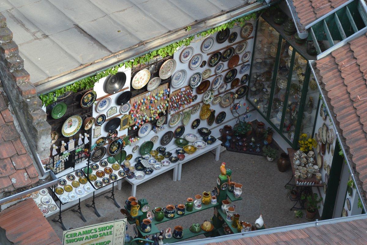 Innenhof mit Keramikprodukten