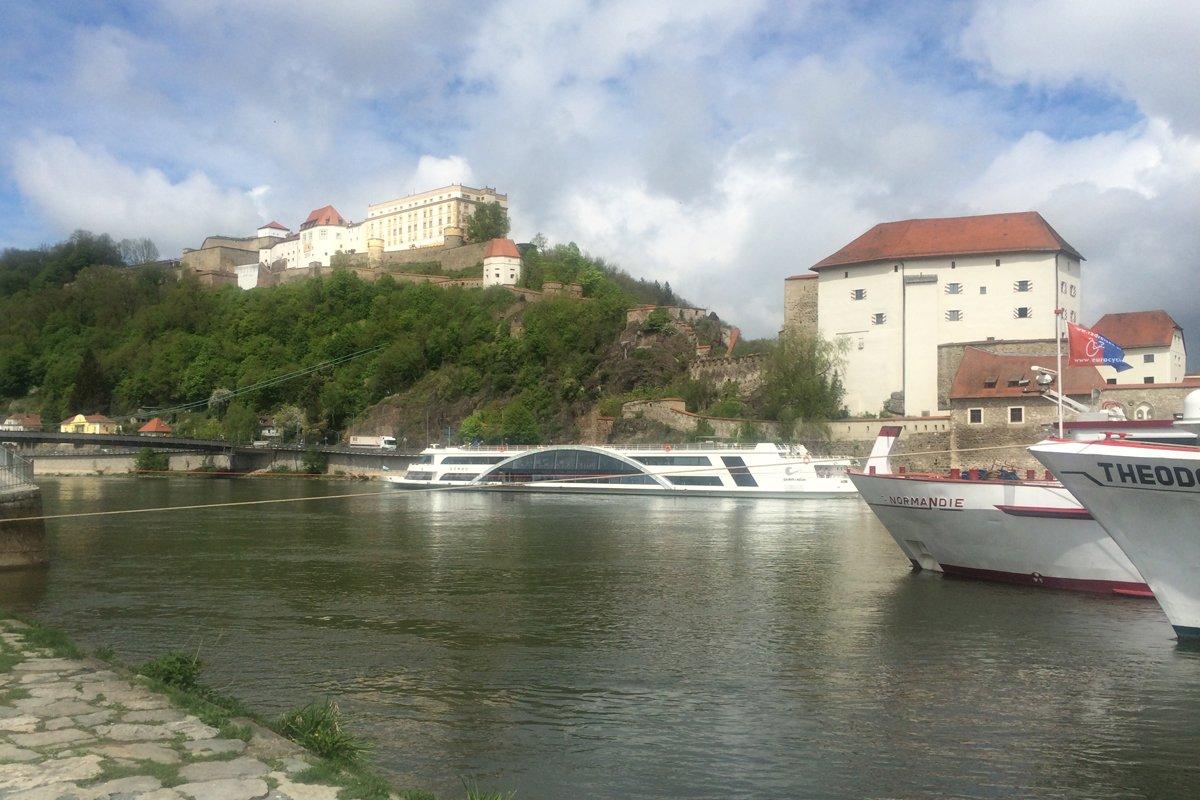 Kreuzfahrtschiffe vor der Veste Oberhaus