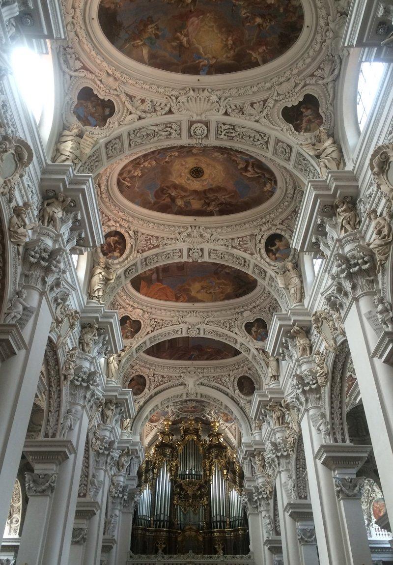 Orgel und Deckendokoration im St Stephans Dom