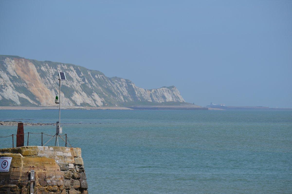 Steilküste in Folkestone - im Hintergrund der Faehrhafen von Dover
