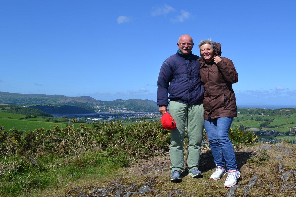 Anne und Frederick vor dem Panorama von Colwyn Bay