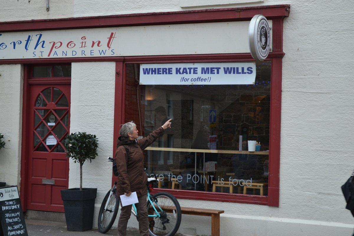 Anne vor dem Cafe wo sich William und Kate kennenlernten