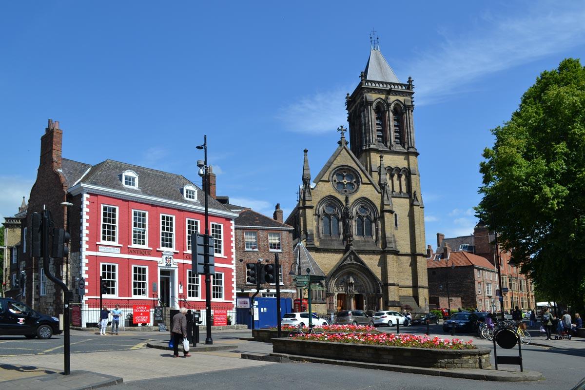 Antique Centre und St Wilfrids Kirche