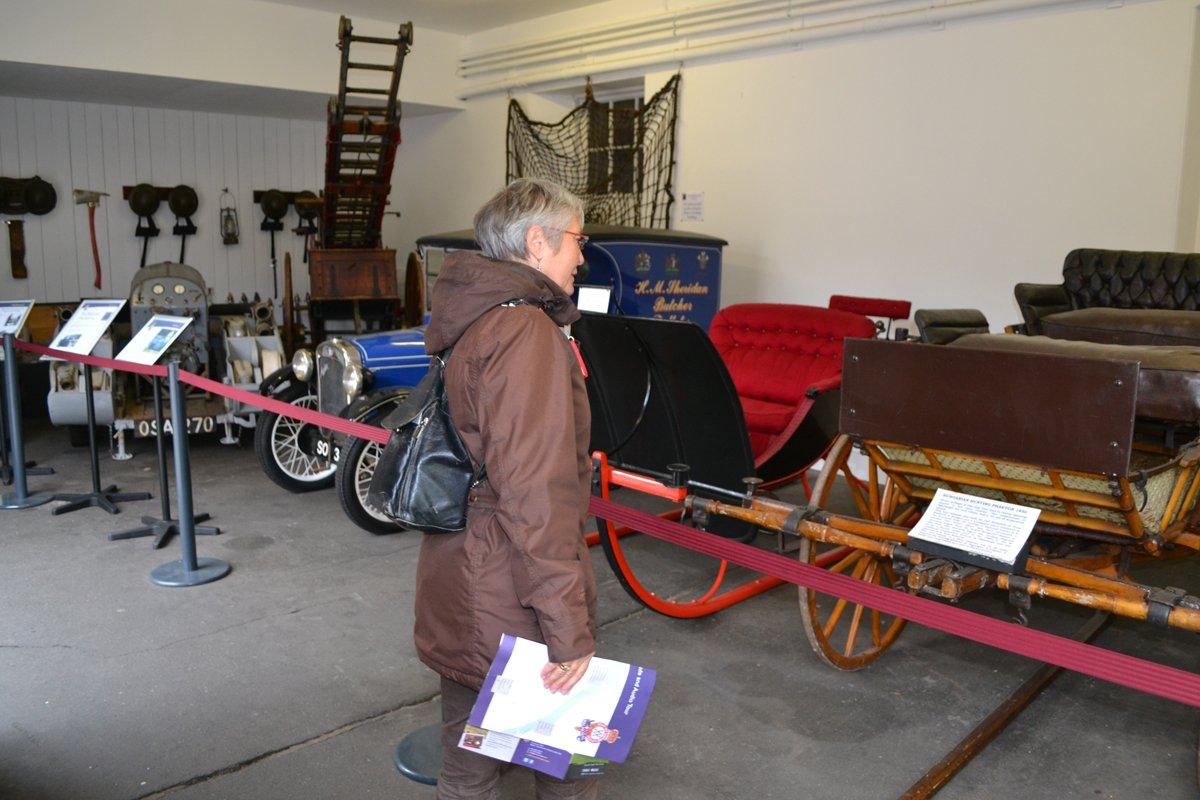 Die Garage mit Schlitten, Jeep und Oldtimer