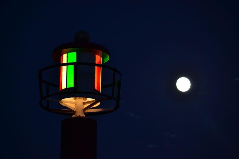 Leuchtturm am Hafen bei Vollmond