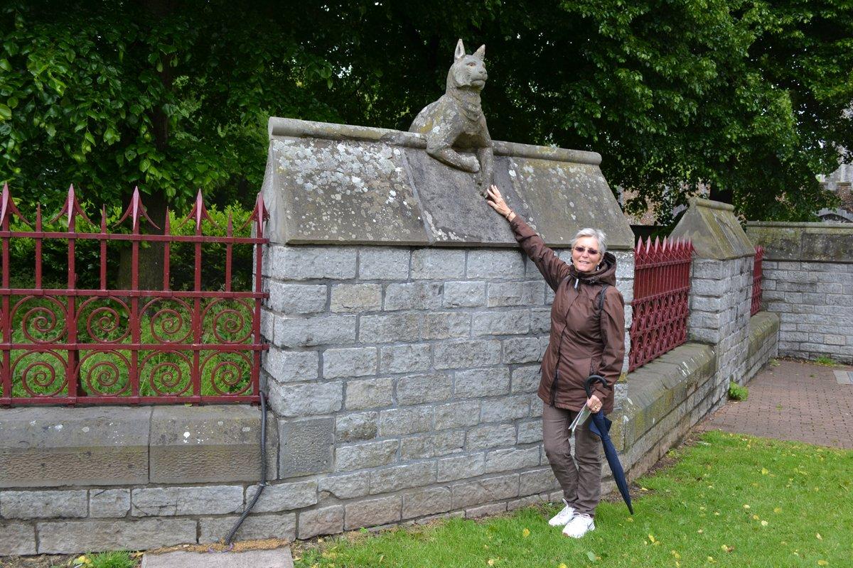 Anne mit dem Luchs auf der Tiermauer