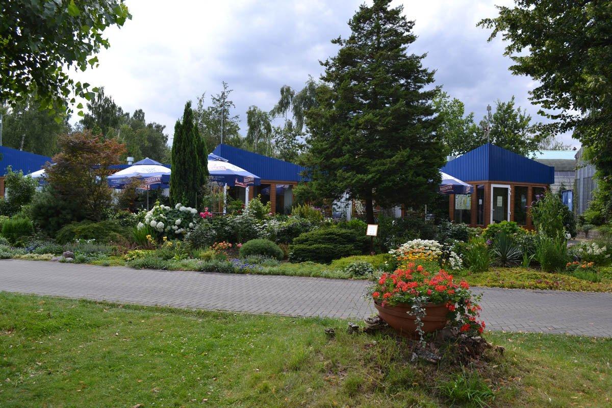 Schön angelegter Garten vor dem Restaurant des Campingplatzes