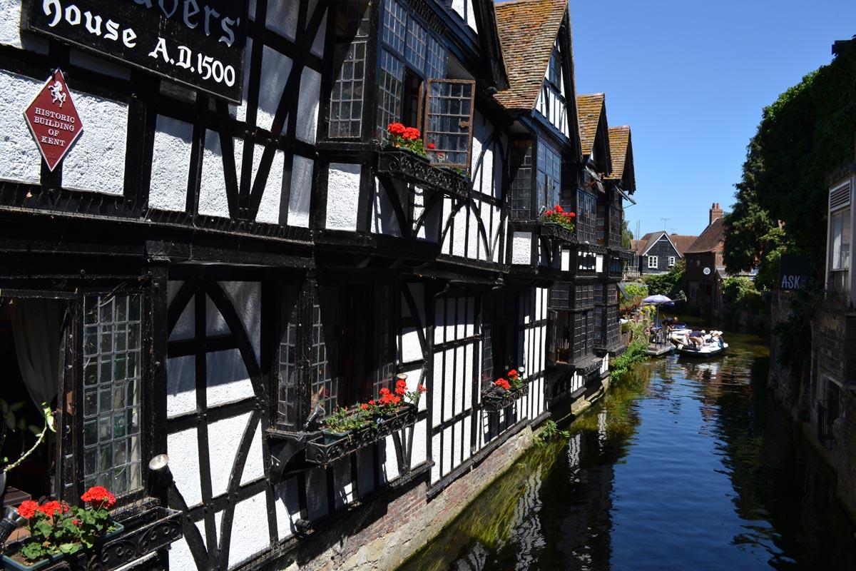 The Old Weavers House und die Anlgegstelle für Touristenboote
