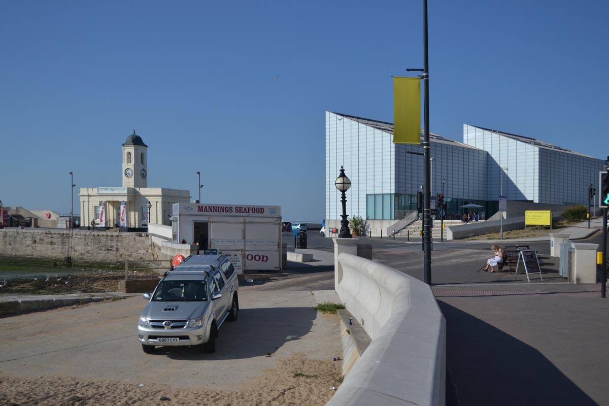 Turner Ausstellung rechts und Touristinformation links in Margate