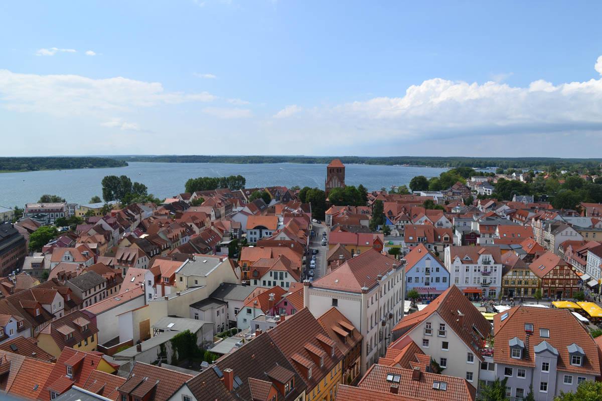 Stadtpanorama und See