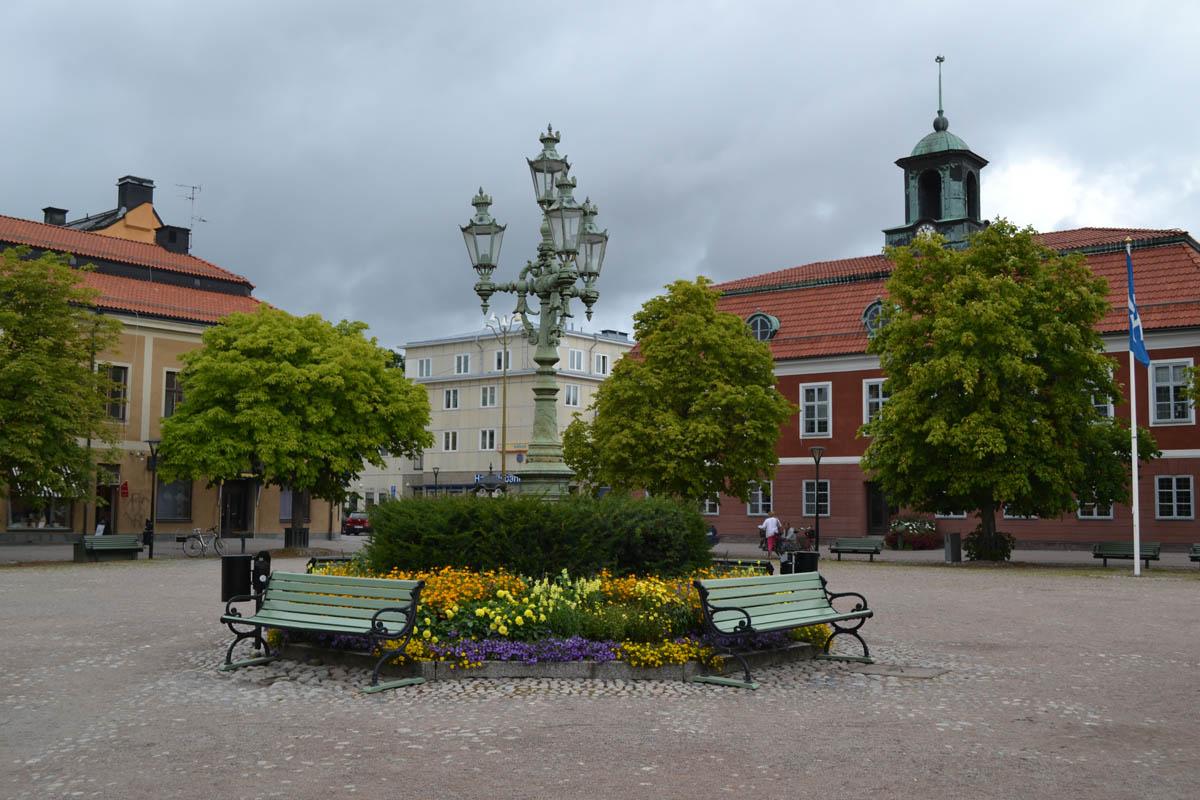 Marktplatz mit Rathaus - links