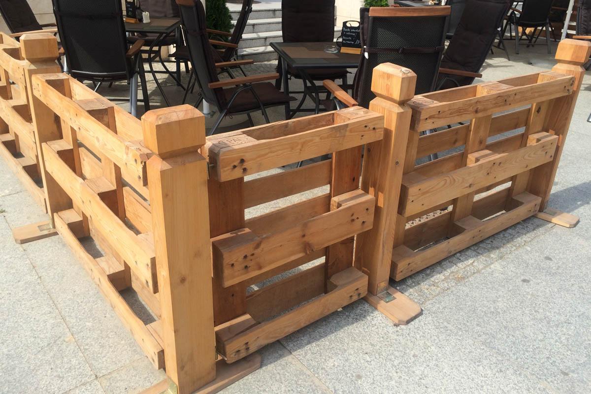 Zaun aus Holzpaletten für ein Straßen-Café