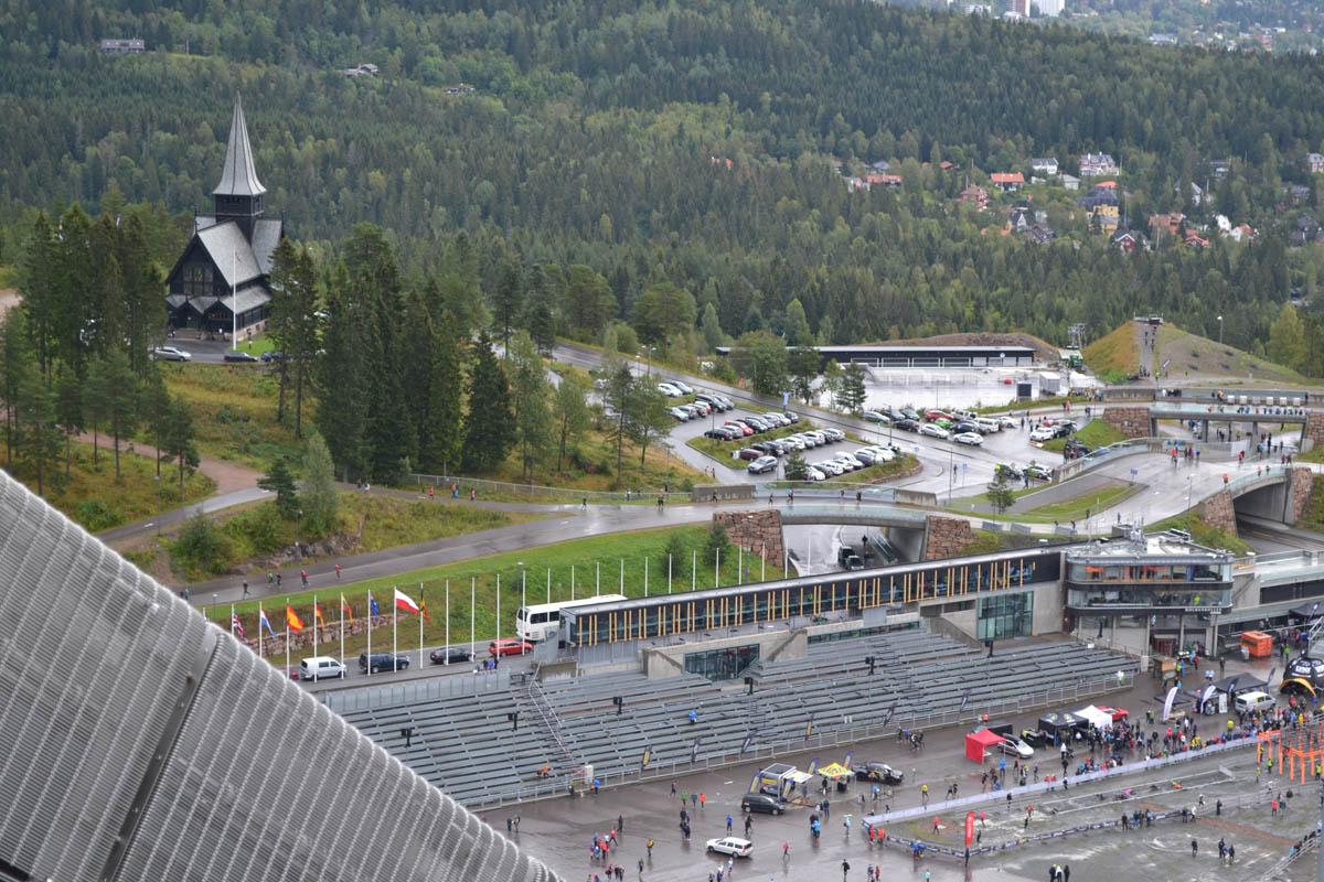 Blick von der Schanze auf das Biathlon-Stadion un die Kirche