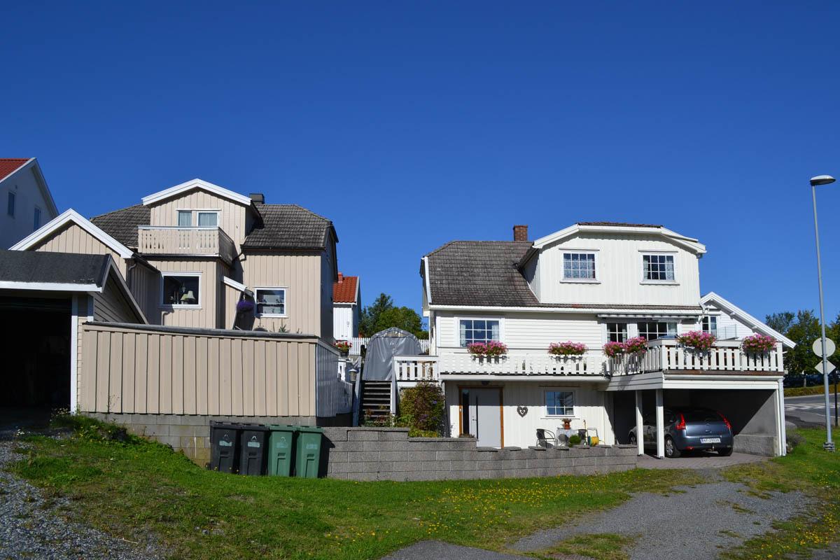 Die typischen weißen Holzhäuser