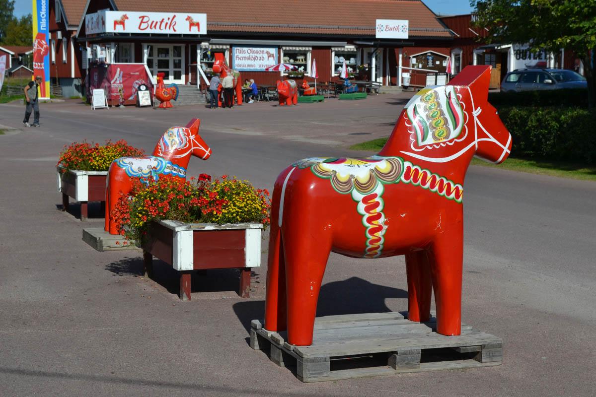 Dala-Pferdchen vor dem Betrieb von Grannas Olsson