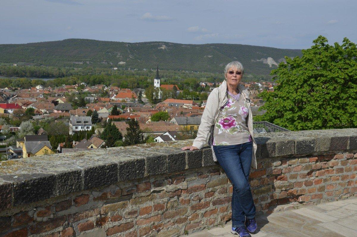 Anne vor dem Esztergom-Panorama