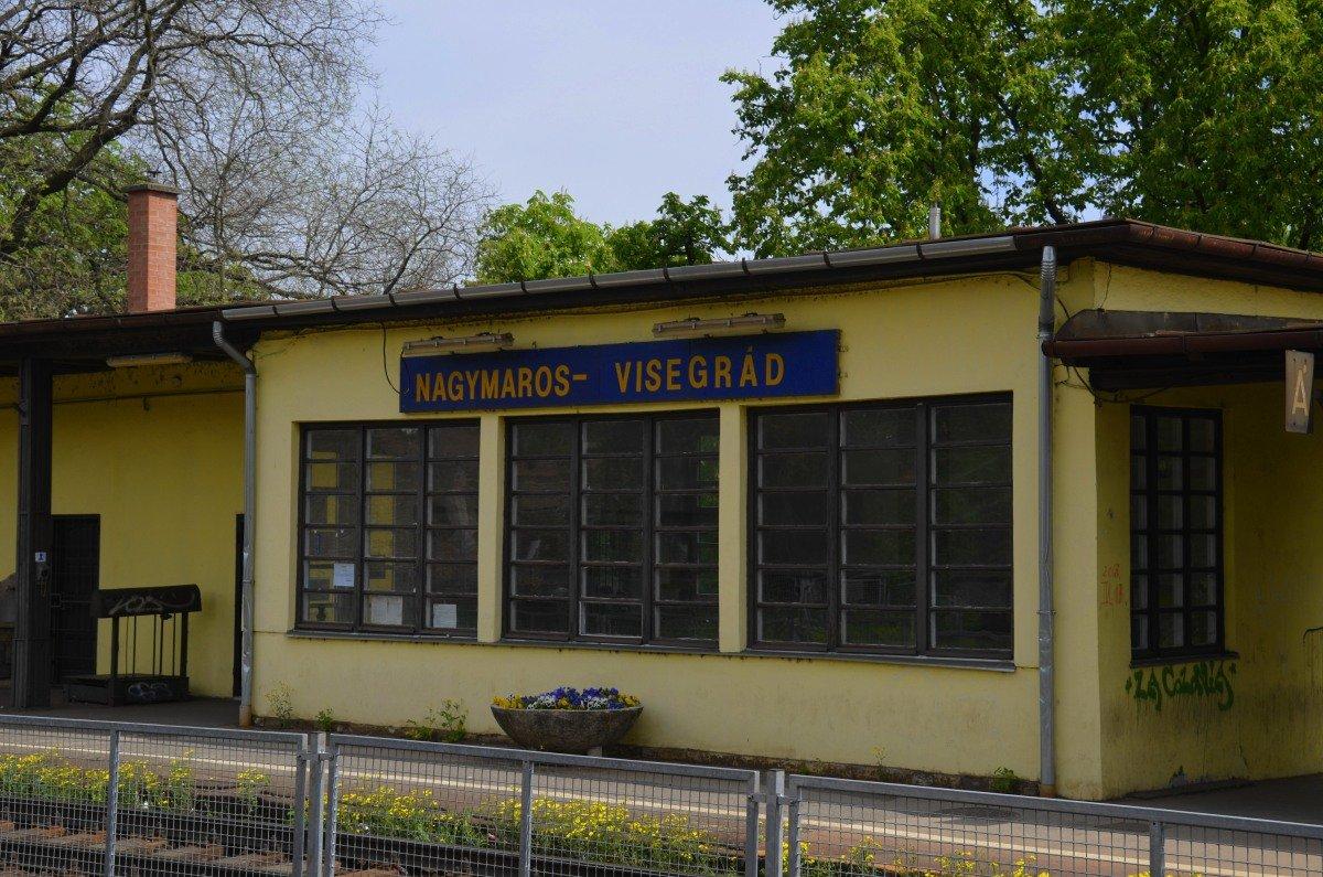 Das renovierungs-bedürftige Bahnhofsgebäude in Nagymaros