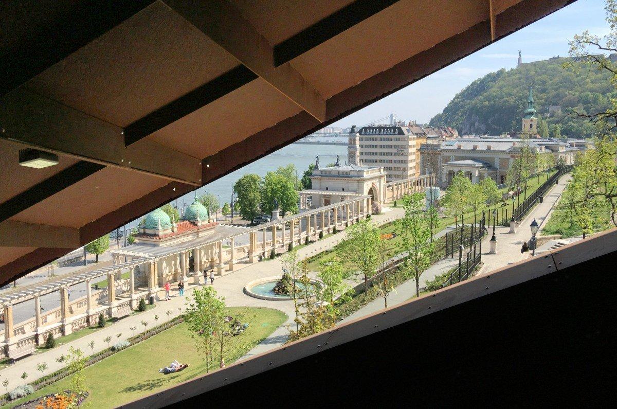 Donau-Szene von der Rolltreppe aus gesehen