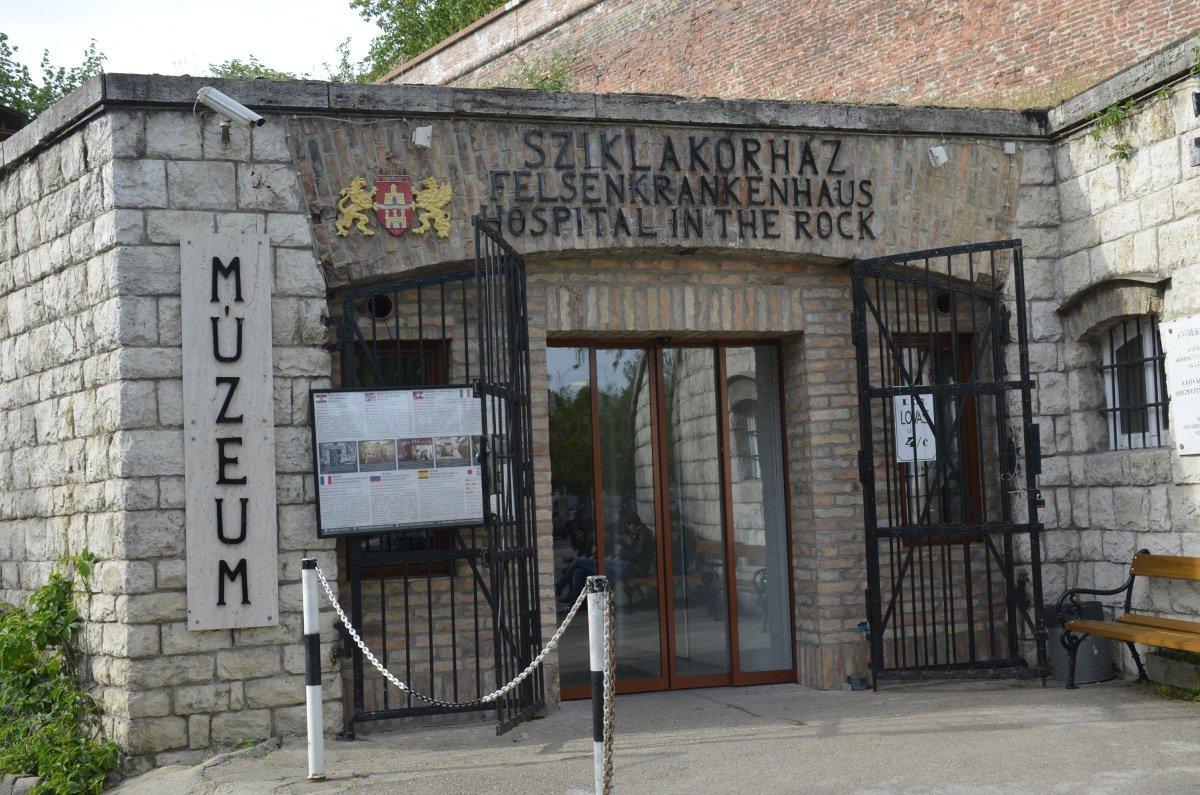 Eingang zum Felsenkrankenhaus