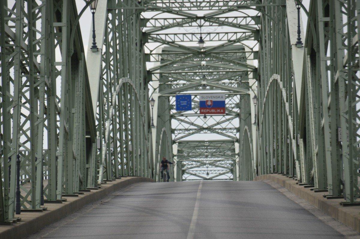 Grenze zur Slowakei mitten auf der Brücke