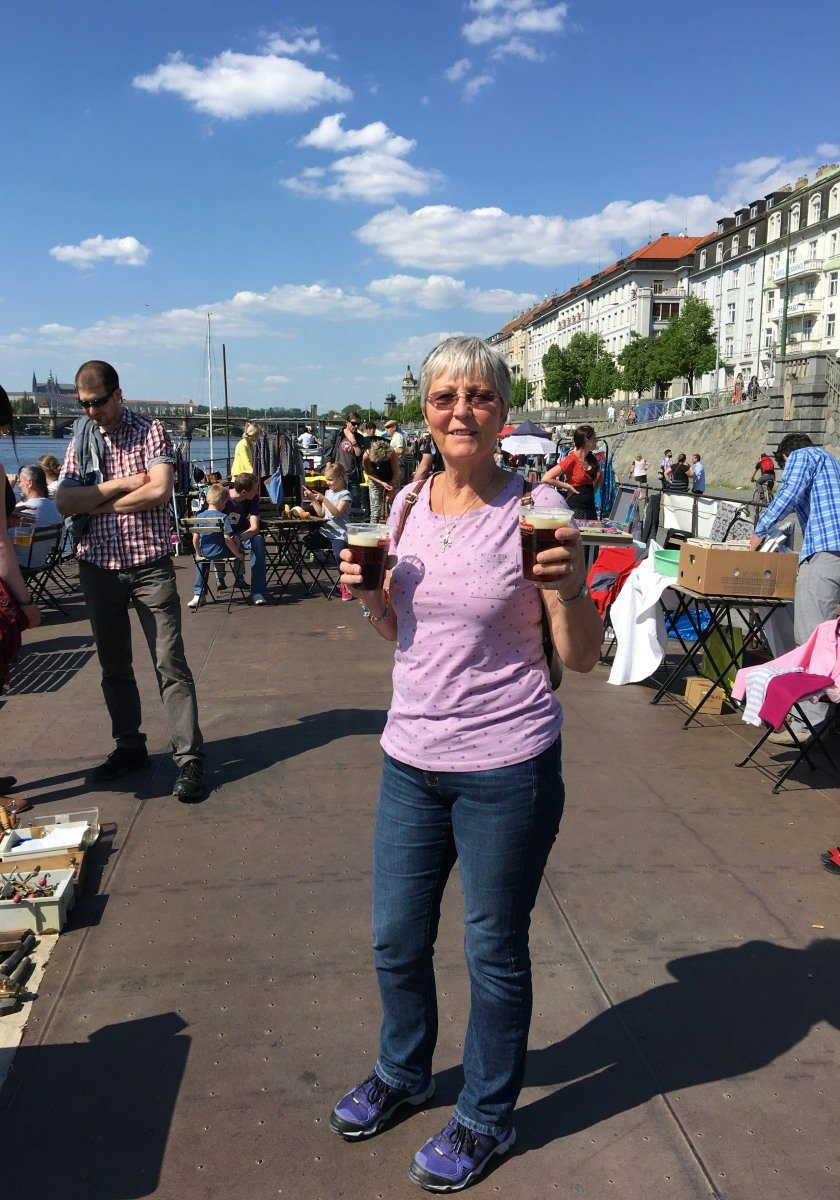 Bier und Flohmarkt auf einem Boot