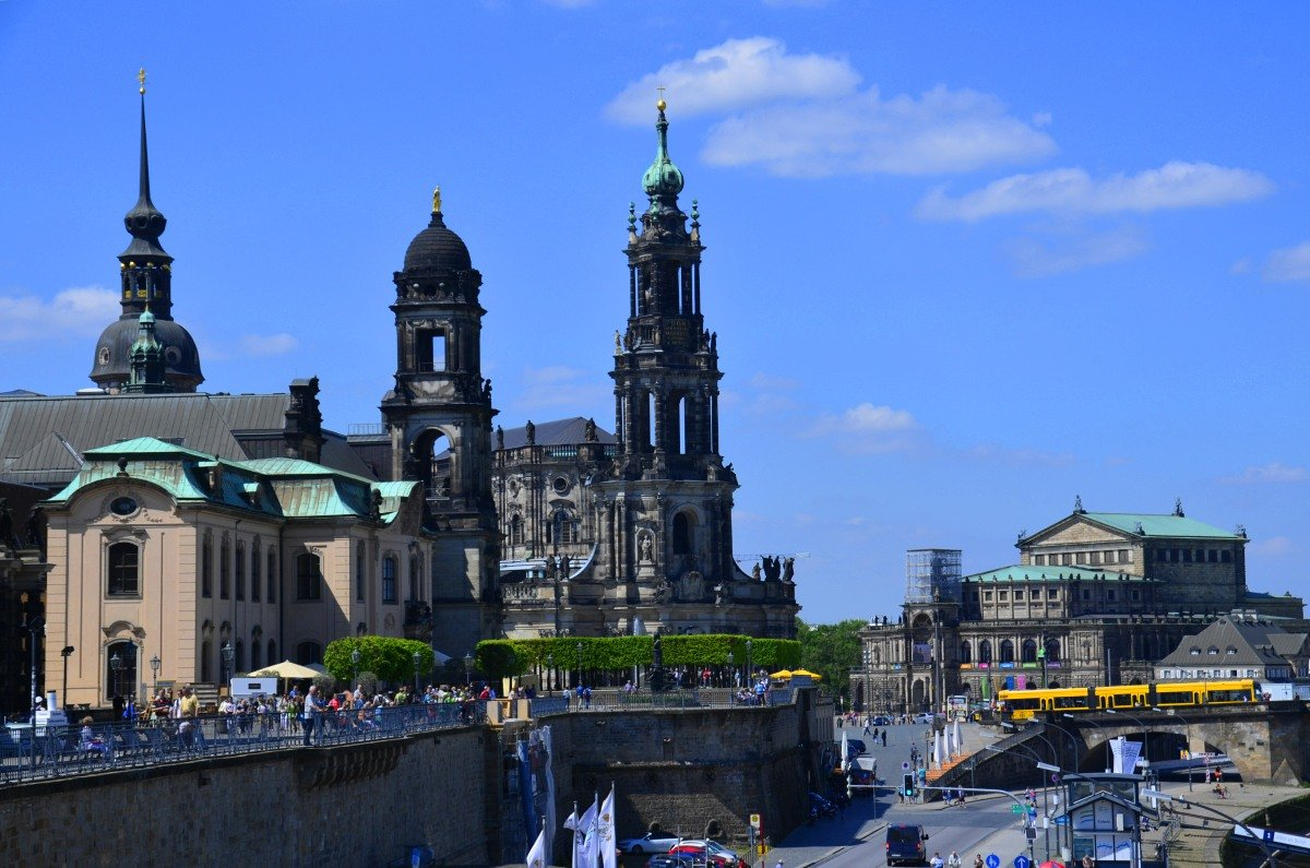 Bildmitte die Kathedrale, rechts die Semperoper