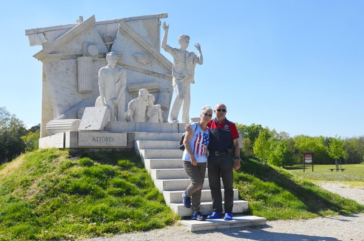 Wir vor dem Denkmal der Grenzöffnung bei Sopron in Ungarn