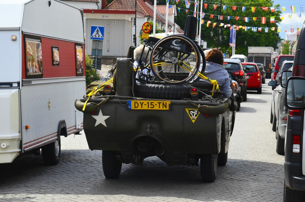 Amphibienfahrzeug mit Rollstuhl im Verkehrsgewühl