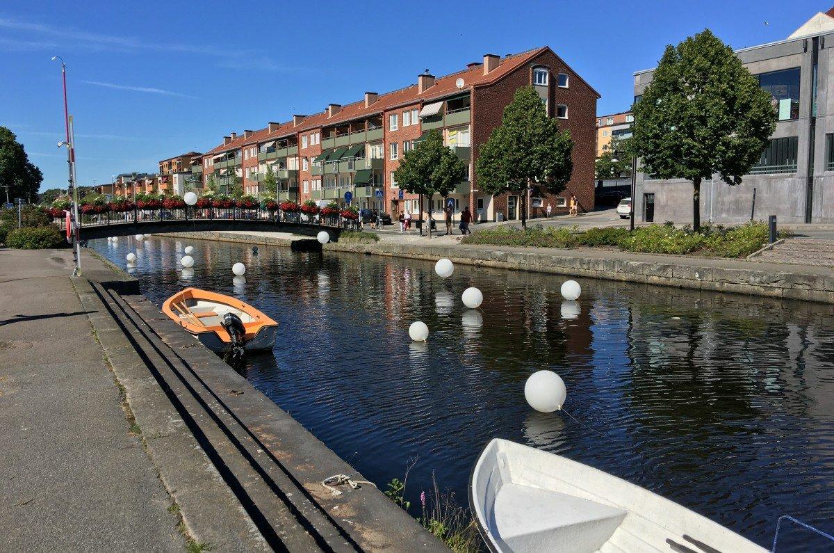 Ballon-Deko im Fluss