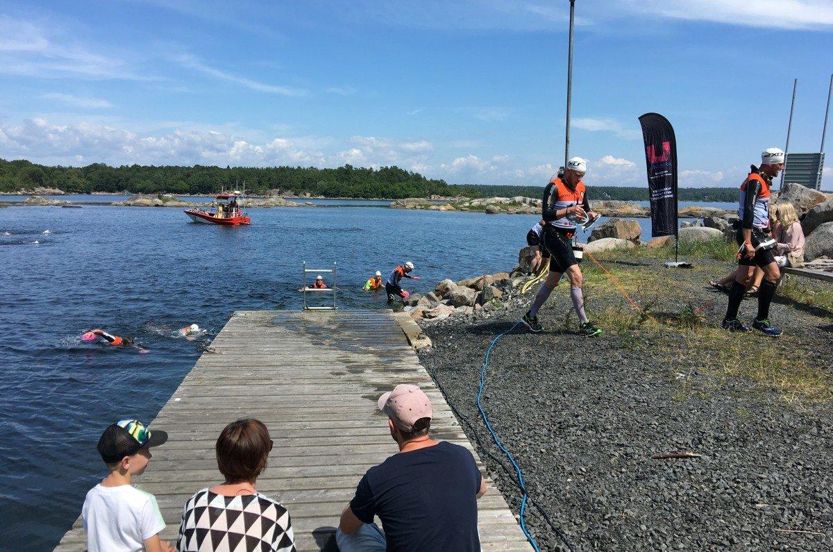 Wettbewerber der 2XU-Challenge steigen aus dem Wasser
