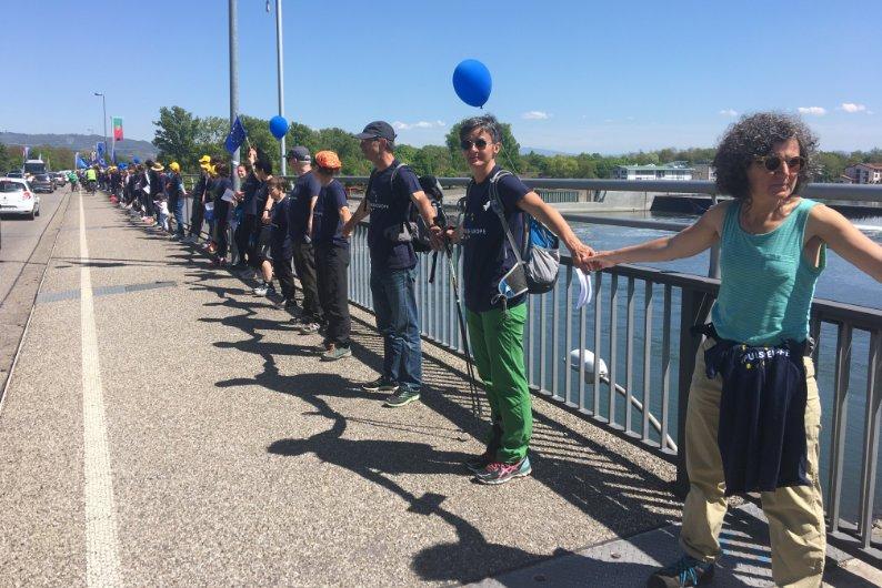 Die Menschenkette auf der Brücke