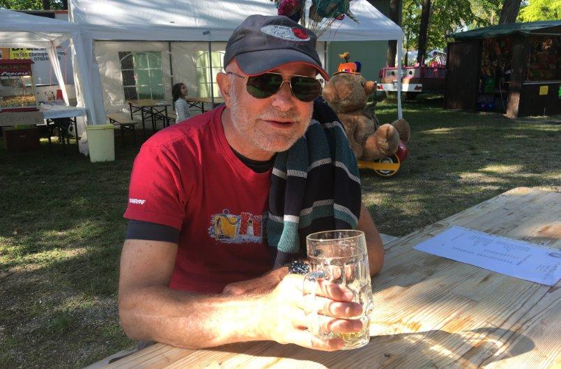 Ein Bier bei schönem Wetter auf dem Flohmarkt