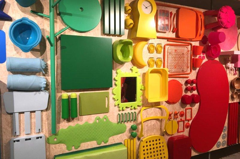 IKEA Möbel in farbigen Einzelteilen