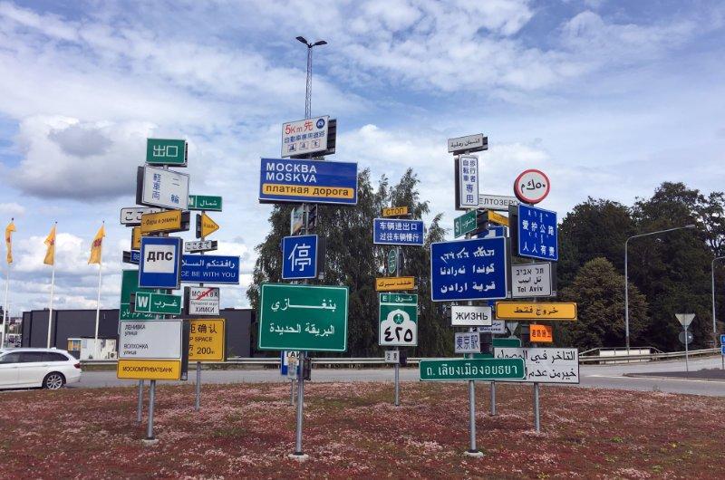 Straßenschilder vieler internationeller Städte