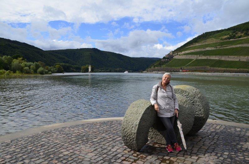 Anne posiert an der Mündung der Nahe in den Rhein