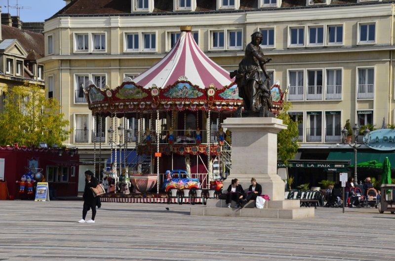 Das in Frankreich typische Karussell auf dem Marktplatz