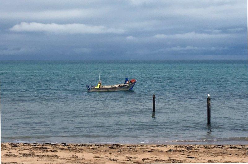 Ein Fischer holt sein Netz ein