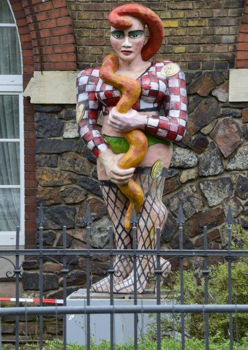 Lustige Statue am Rheinufer