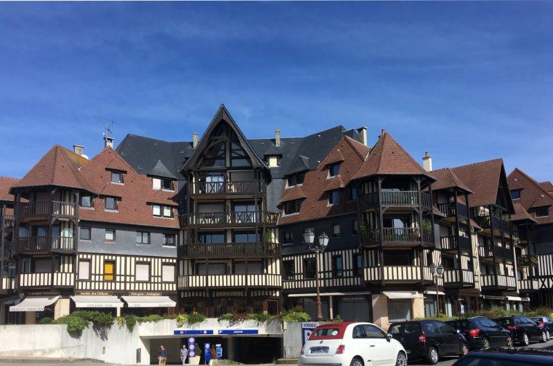 Modernes Apartmenthaus in historischem Stil in Deauville