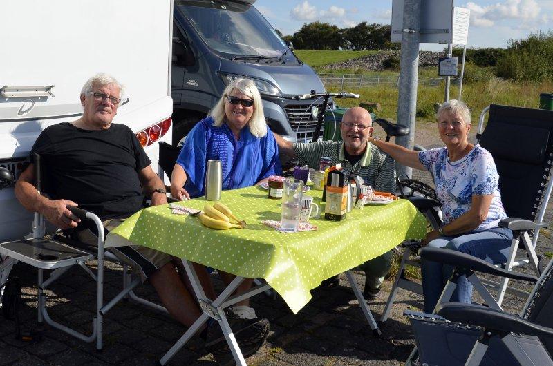 Stephen, Frances, Frederick und Anne beim Frühstück