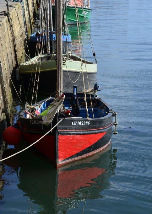 Boote vertäut am Kai