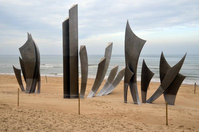 Abstraktes Denkmal an der Omaha Beach