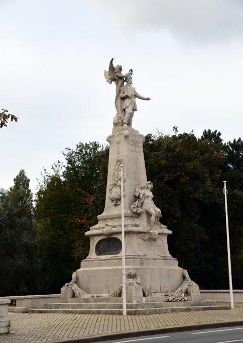 Denkmal vor dem Rathaus