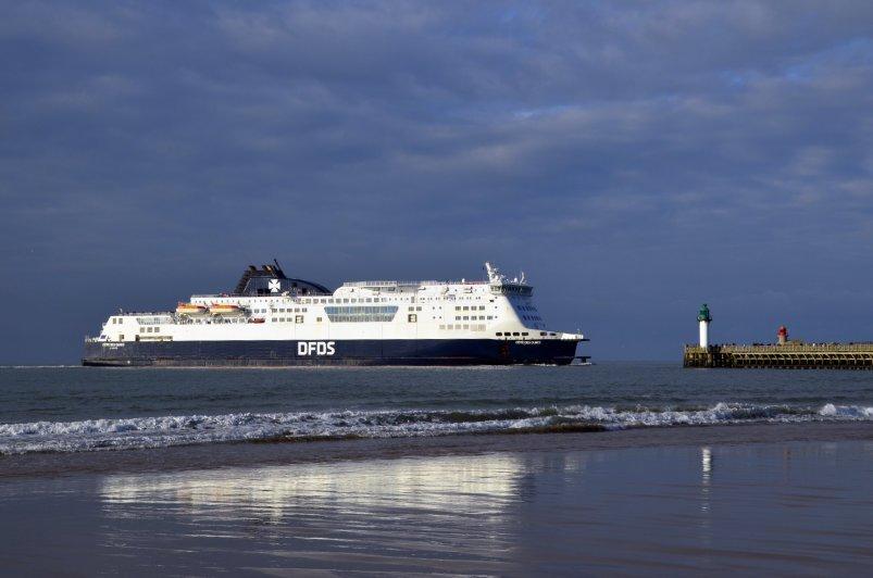 DFDS-Fähre beim Einlaufen in den Hafen von Calais