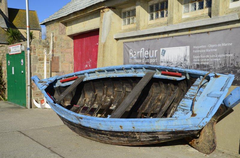Lädiertes Boot als Dekoration